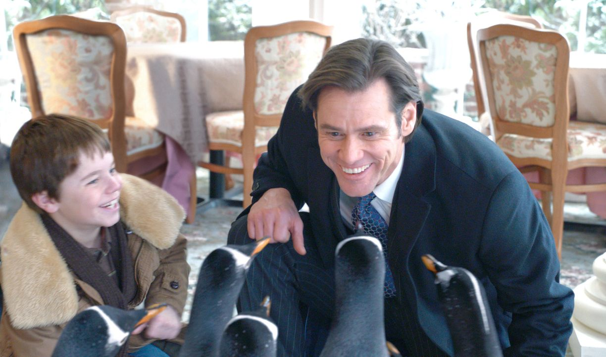 Durch die geerbten Pinguine kommen sich Vater (Jim Carrey, r.) und Sohn (Maxwell Perry Cotton, l.) wieder näher ... - Bildquelle: 2011 Twentieth Century Fox Film Corporation. All rights reserved.