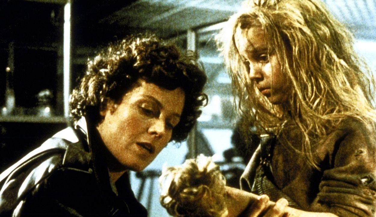 Ripley (Sigourney Weaver, l.) ist fest entschlossen, Newt (Carrie Henn, r.) vor den Aliens zu beschützen... - Bildquelle: 20th Century Fox of Germany