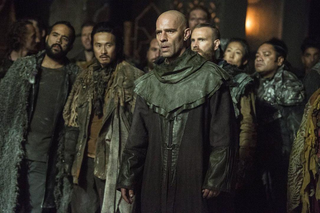 Während Titus (Neil Sandilands, M.) mit den Auswirkungen des Machtvakuums zu kämpfen hat, will Pike endgültig alle Gefangenen in Arkadia hinrichten... - Bildquelle: 2014 Warner Brothers