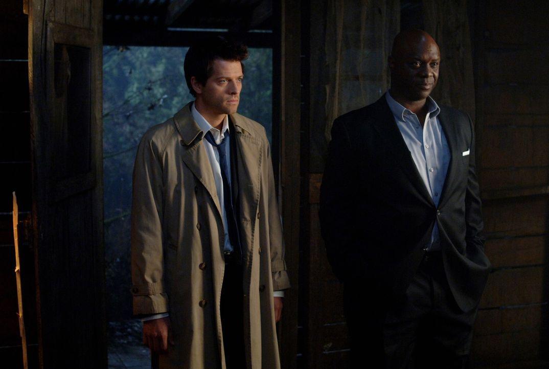Uriel (Robert Wisdom, r.) und Catiel (Misha Collins, l.) sind auf der Suche nach Anna - doch was wollen sie nur von ihr? - Bildquelle: Warner Brothers