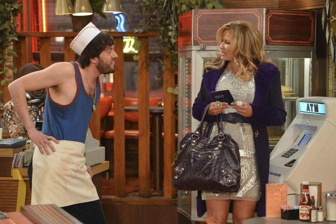 Nachdem der neue Geldautomat eine Bereicherung für Max war, versuchen auch Oleg (Jonathan Kite, l.) und Sophie (Jennifer Coolidge, r.) ihr Glück ... - Bildquelle: Warner Bros. Television
