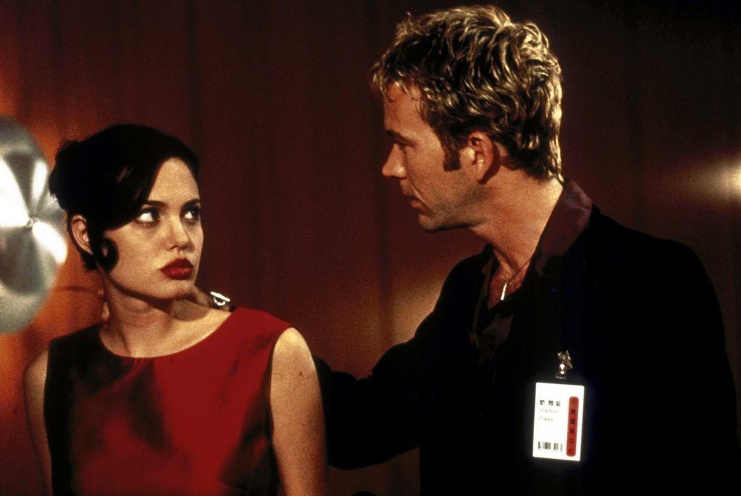 Raymond (Timothy Hutton, r.) misstraut seiner wunderschönen Geliebten Claire (Angelina Jolie, l.) ... - Bildquelle: Buena Vista Pictures