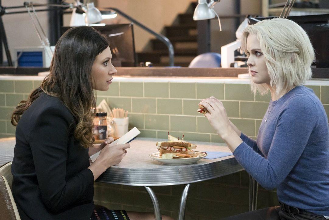 Peyton (Aly Michalka, l.) zieht wieder bei Liv (Rose McIver, r.) ein und ahnt noch nicht, dass ihr ganzer Boss-Fall in Gefahr ist, nachdem ihr Haupt... - Bildquelle: 2014 Warner Brothers