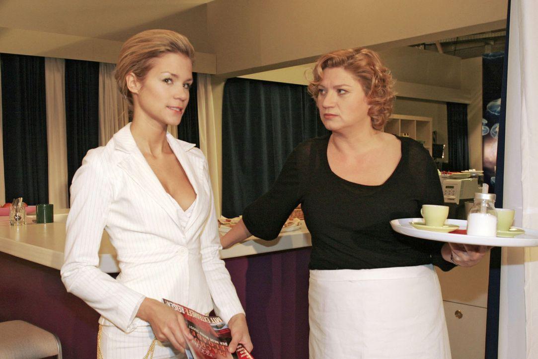 Sabrina (Nina-Friederike Gnädig, l.) kann sich nicht mit Lisas Glück abfinden und lästert mal wieder, als Agnes (Susanne Szell, r.) ihr Paroli biete... - Bildquelle: Noreen Flynn Sat.1