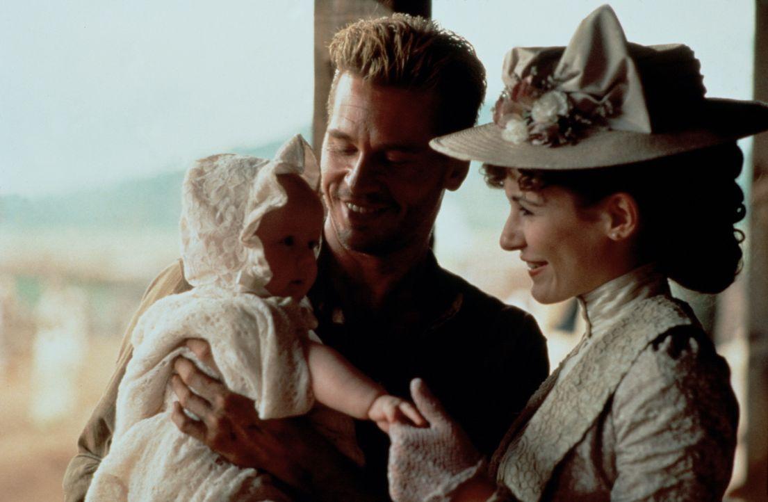 Ahnen noch nicht, dass das Leben ihres neugeborenen Kindes stark bedroht ist: John (Val Kilmer, l.) und Helena Patterson (Emily Mortimer, r.) ... - Bildquelle: Paramount Pictures