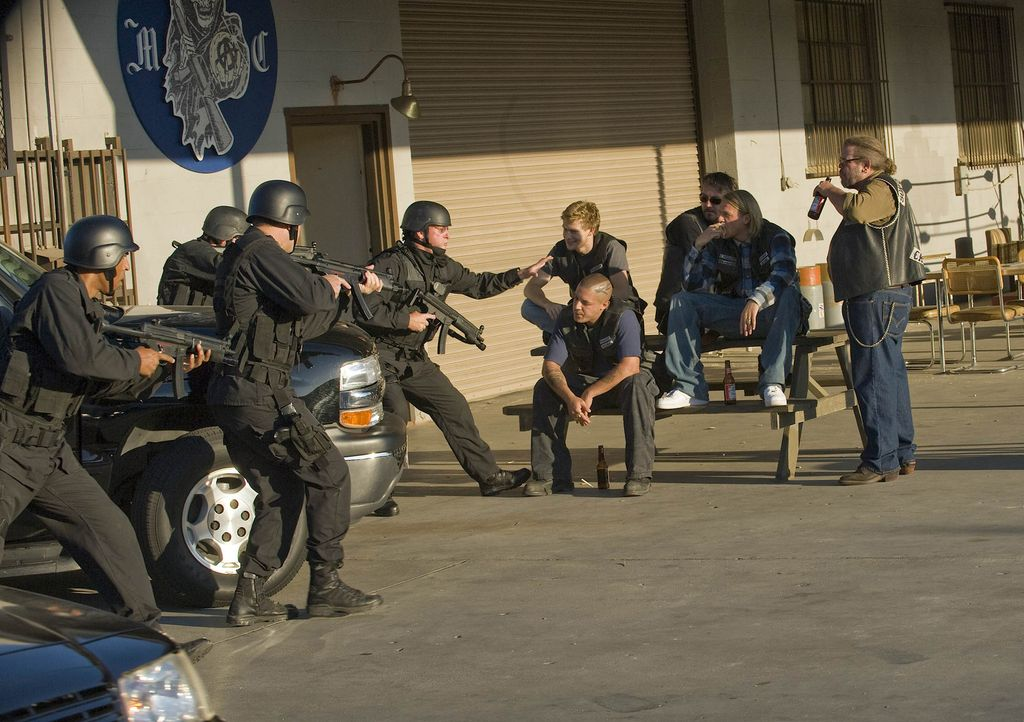 "Die ""Sons of Anarchy"" geraten mal wieder ins Visier des ATF ... - Bildquelle: 2008 FX Networks, LLC. All rights reserved."