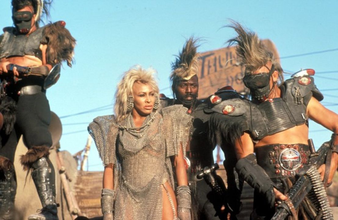 Machen Jagd auf Mad Max: Aunty Entity (Tina Turner, M.) und ihre Gefolgsleute ... - Bildquelle: Warner Bros.