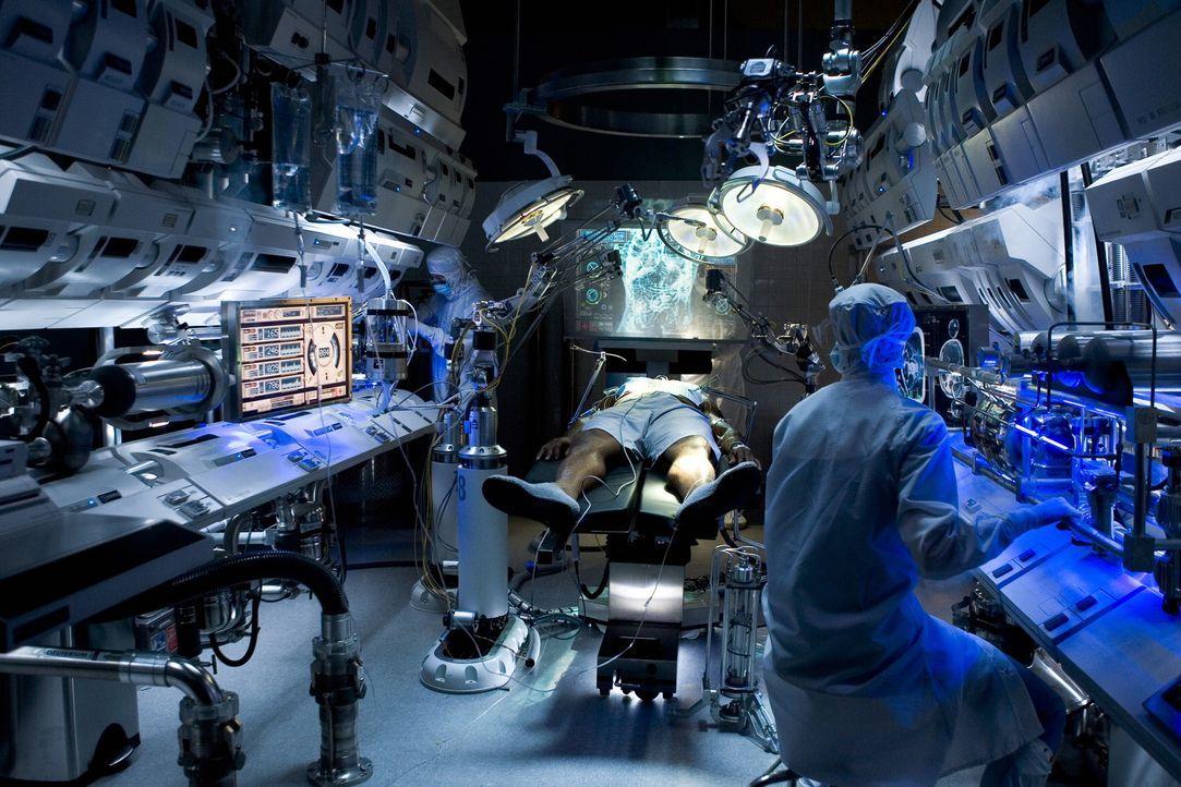 """Die letzten Überlebenden der Menschheit wohnen, ohne es zu wissen, in einem Klonlager. Sie werden dort bewacht, bis sie von ihrem """"Original"""" gebrau... - Bildquelle: Warner Bros. Television"""