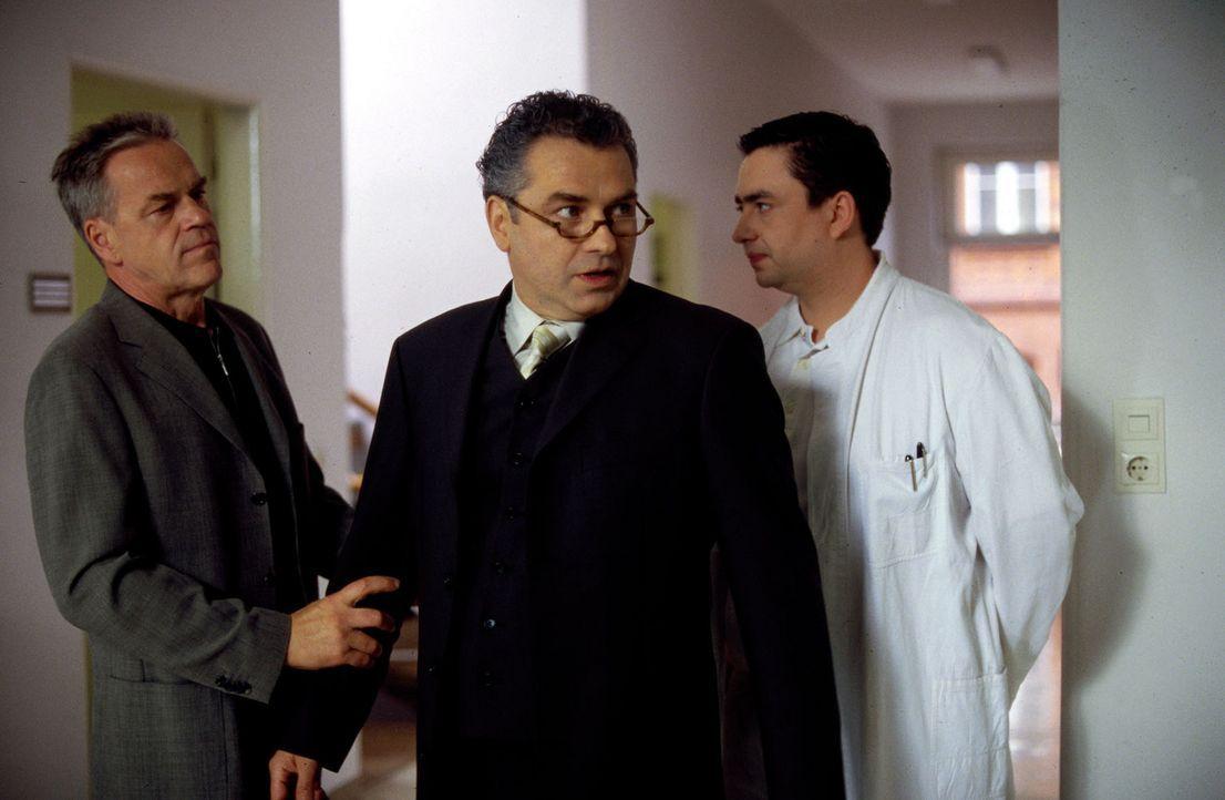 Georg Hansen (Hansa Czypionka, M.) erfährt von Kommissar Wolff (Jürgen Heinrich, l.) und Dr. Geritz (Alexander Hörbe, r.), dass sein Kind getötet wu... - Bildquelle: Leslie Haslam Sat.1