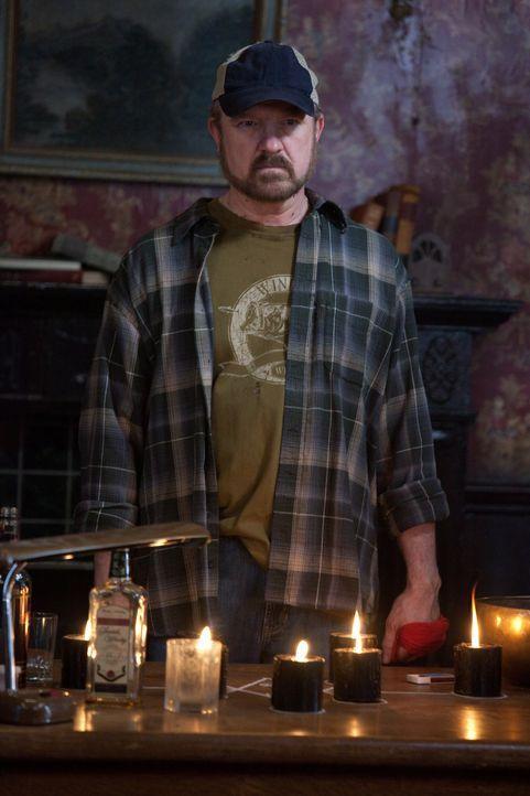 Nur mit dem richtigen Druckmittel kann es Bobby (Jim Beaver) gelingen, sich endlich von Crowley zu lösen ... - Bildquelle: Warner Bros. Television