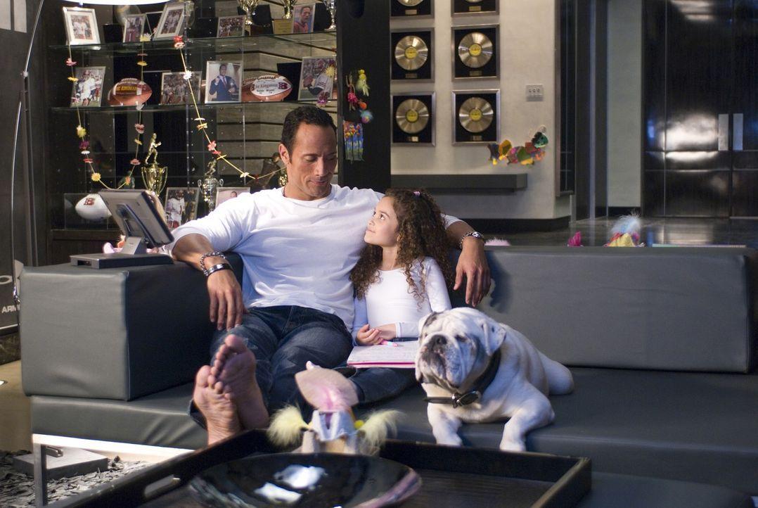 Allmählich freunden sich die beiden an. Joe (Dwayne Johnson, l.) findet durch Peyton (Madison Pettis, r.) heraus, was im Leben wirklich zählt ... - Bildquelle: Buena Vista International