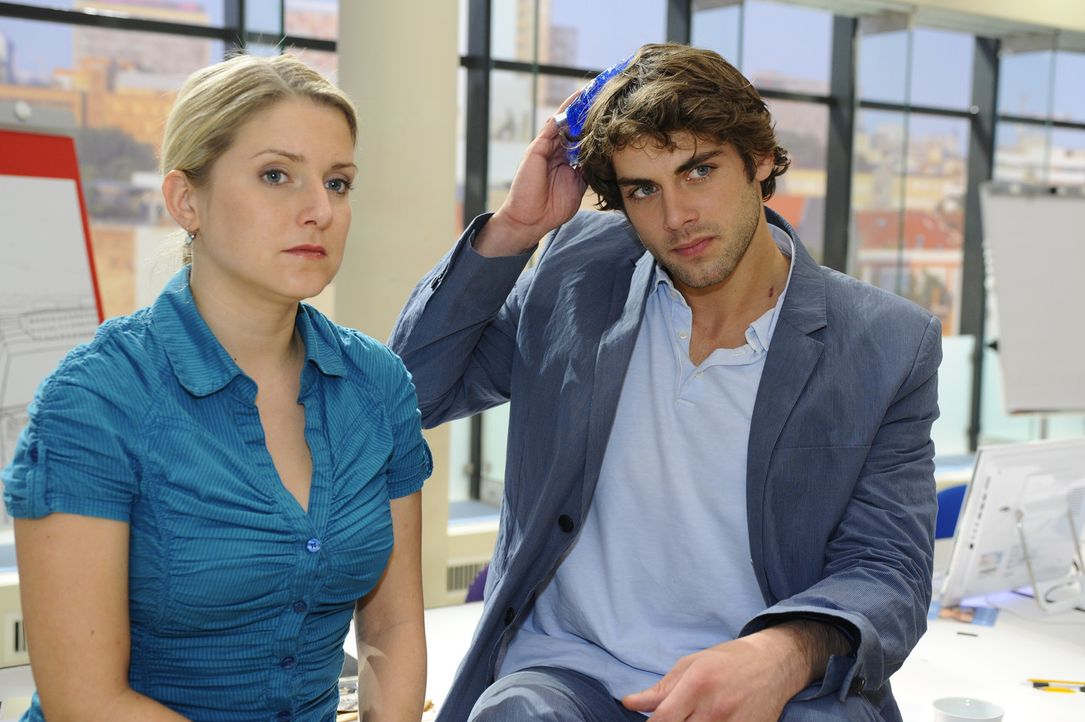 Nach der Prügelei mit Alexander, verarztet Anna (Jeanette Biedermann, l.) Jonas (Roy Peter Link, r.) ... - Bildquelle: SAT.1
