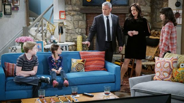 Als Adams (Matt LeBlanc, M.) und Andis (Liza Snyder, 2.v.r.) Babysitter am Va...