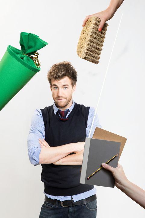Hefte raus, Klassenarbeit! Luke Mockridge lässt VIPs und Kids die Schulbank drücken. - Bildquelle: Boris Breuer SAT.1