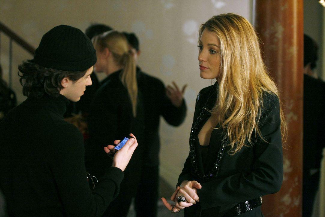 """""""Steht was auf Gossip Girl?"""", fragt Serena (Blake Lively, r.) Eric (Connor Paolo, l.) auf der Suche nach dem Geburtstagskind. - Bildquelle: Warner Brothers"""
