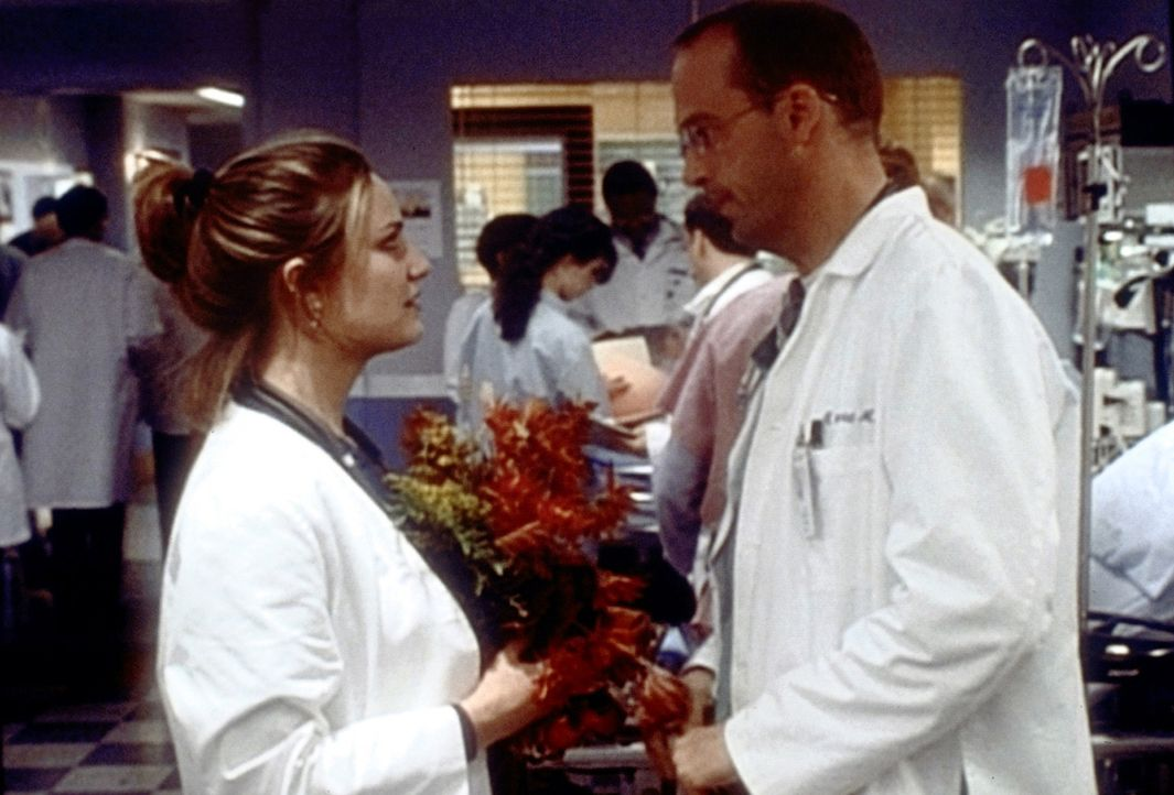 """Erst als Dr. Lewis (Sherry Stringfield, l.) das """"County"""" verlassen will, wird sich Dr. Greene (Anthony Edwards, r.) über seine wahren Gefühle für... - Bildquelle: TM+  2000 WARNER BROS."""