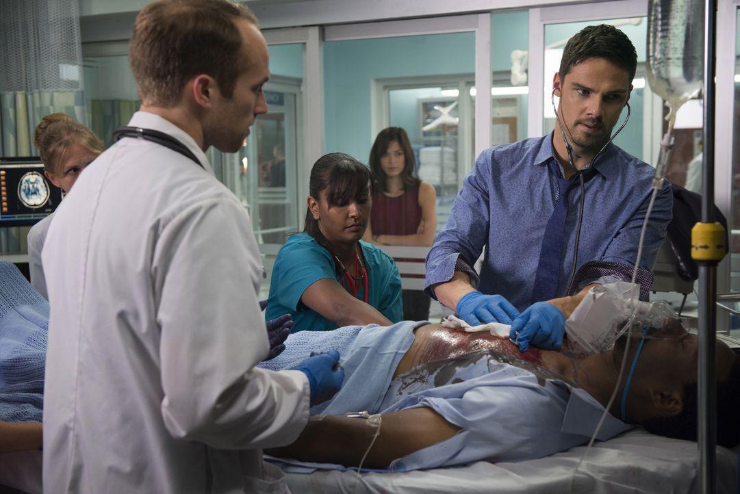 Während Vincent (Jay Ryan, r.) in der Notaufnahme eines Krankenhauses als Arzt zu arbeiten beginnt, geht Catherine (Kristin Kreuk, hinten) wieder de... - Bildquelle: 2015 The CW Network, LLC. All rights reserved.