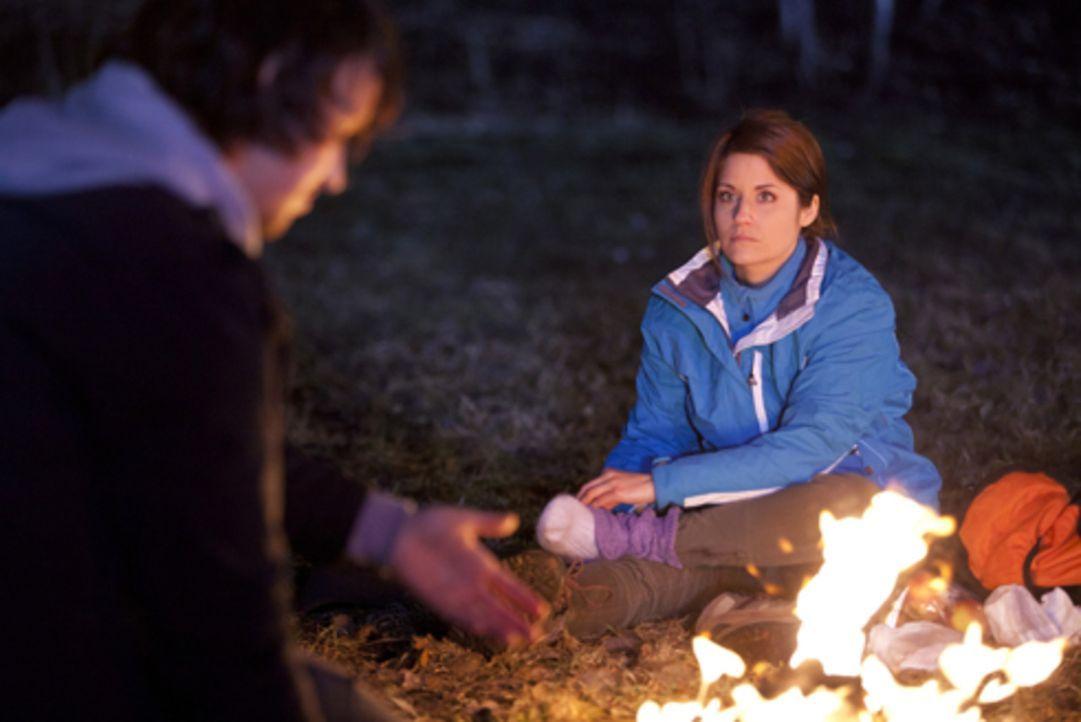 Befinden sich plötzlich allein in einer Ausnahmesituation: Bea (Vanessa Jung, r.) und Ben (Christopher Kohn, l.) ... - Bildquelle: SAT.1