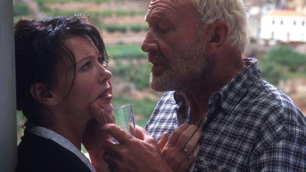 Paul (Michael Mendl, r.) flößt Lea (Iris Berben, l.) ein Betäubungsmittel ein...
