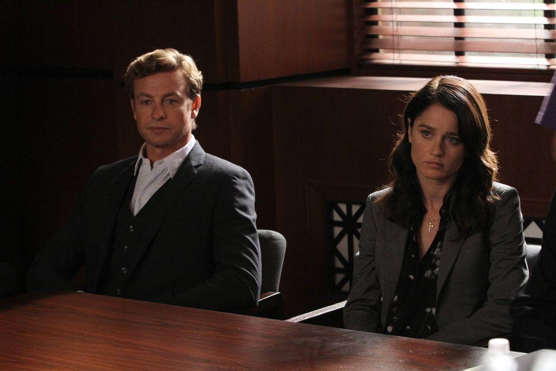 Ermitteln in einem neuen Fall: Patrick (Simon Baker, l.) und Teresa (Robin Tunney, r.) ... - Bildquelle: Warner Bros. Television