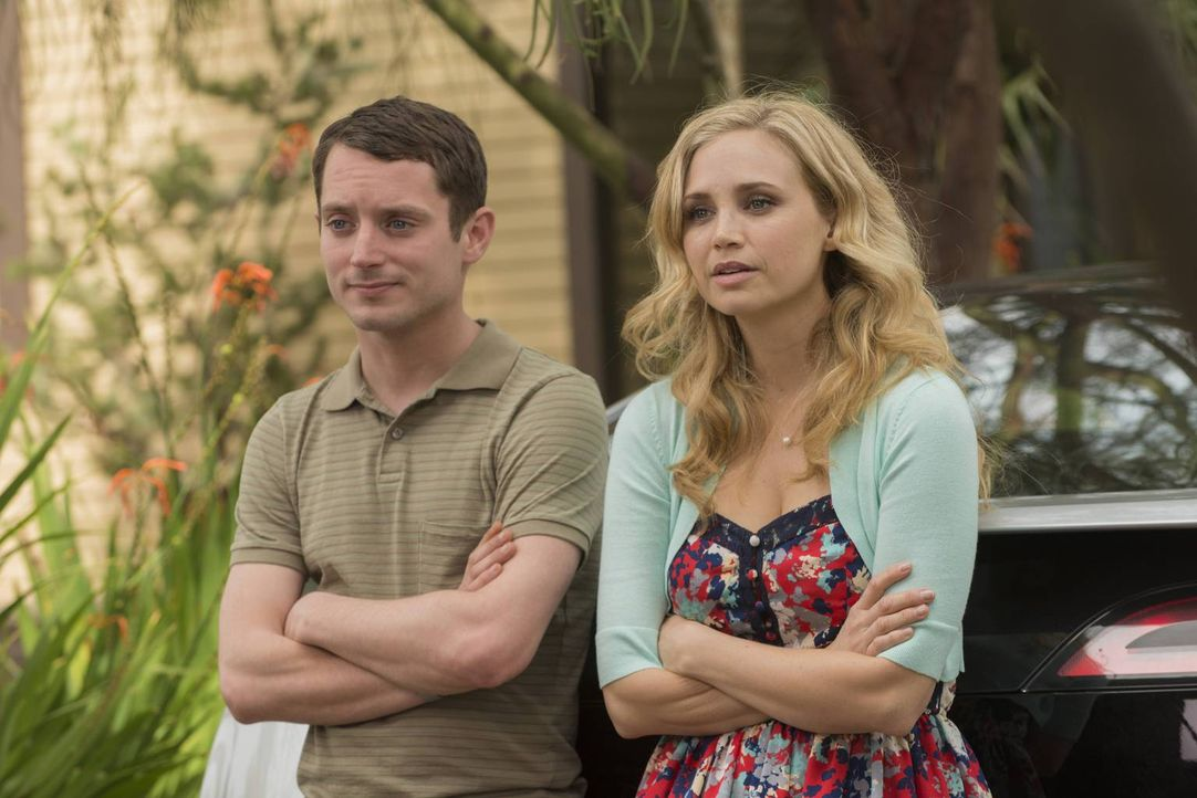 Der Moment der Wahrheit: Wie wird Jenna (Fiona Gubelmann, r.) auf das Geschenk von Wilfred und Ryan (Elijah Wood, l.) reagieren? - Bildquelle: 2013 Bluebush Productions, LLC. All rights reserved.