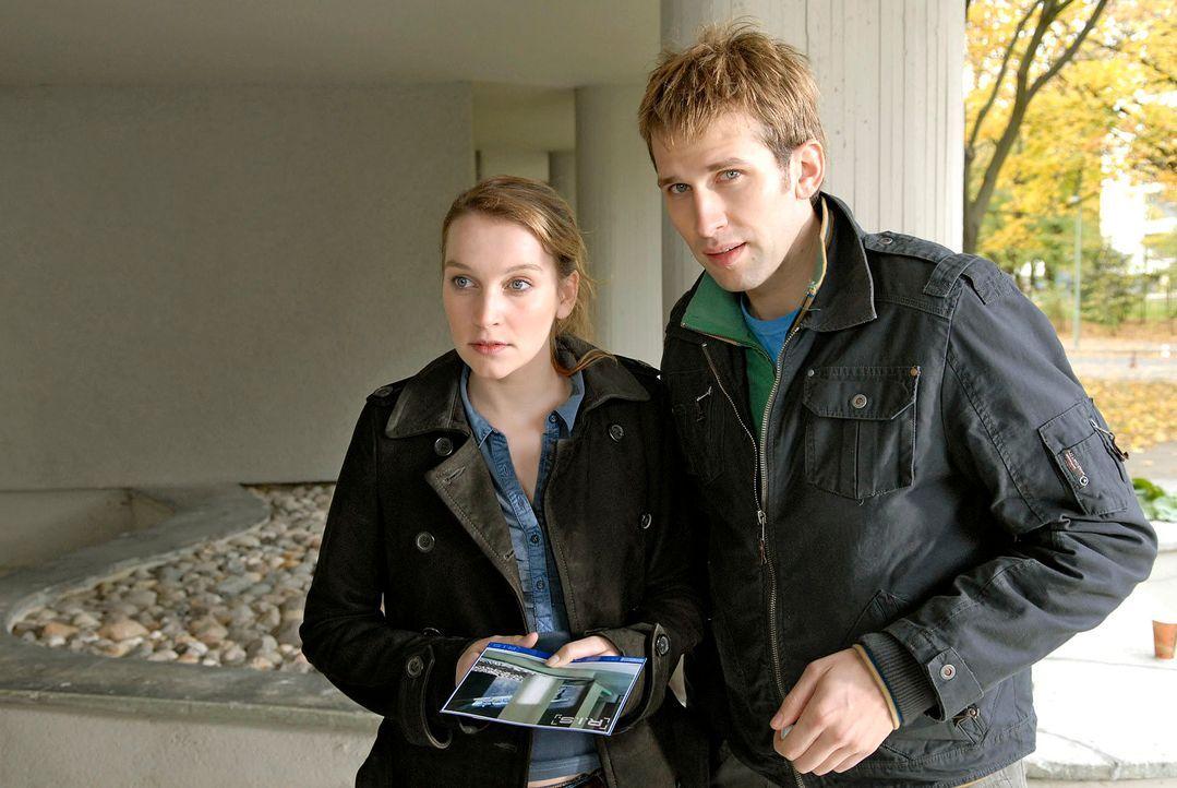 Haben eine Leiche, aber keinen Verdächtigen: Marie (Jana Klinge, l.) und Timo (Tillbert Strahl-Schäfer, r.) ... - Bildquelle: Christoph Assmann Sat.1