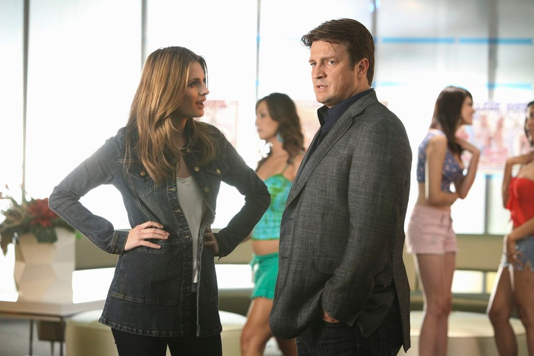 Arbeiten an einem neuen Fall: Richard Castle (Nathan Fillion, r.) und Kate Beckett (Stana Katic, l.) - Bildquelle: 2011 American Broadcasting Companies, Inc. All rights reserved.
