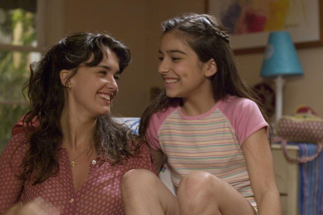 Die hübsche Mexikanerin Flor (Paz Vega, l.) geht mit ihrer Tochter Cristina (Shelbie Bruce, r.) nach Los Angeles, um dort bei der wohlhabenden Fami... - Bildquelle: Sony Pictures Television International. All Rights Reserved