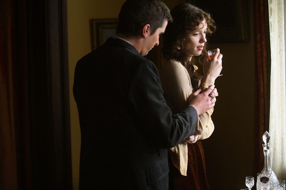 Sarah (Rebecca Hall, r.) ahnt, dass mit Alfred (Christian Bale, l.) etwas nicht stimmt ... - Bildquelle: Warner Television