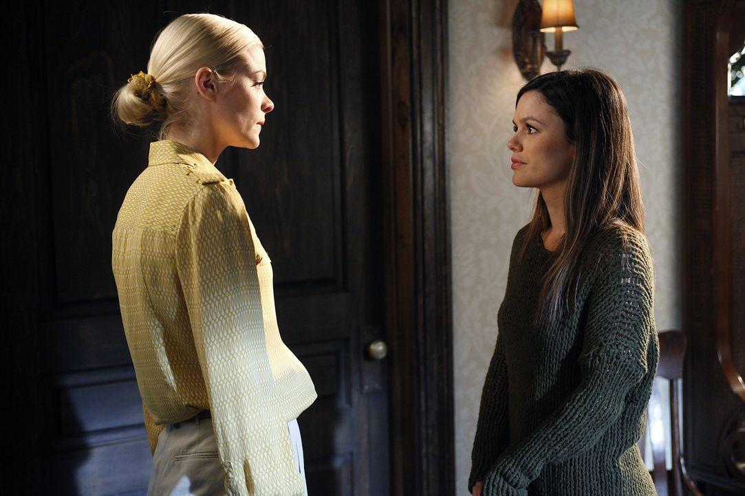 Das Verhalten ihrer Schwester macht Lemon (Jaime King, l.) verrückt und am schlimmsten ist es für sie, dass nur Zoe (Rachel Bilson, r.) Magnolia hel... - Bildquelle: Warner Bros.