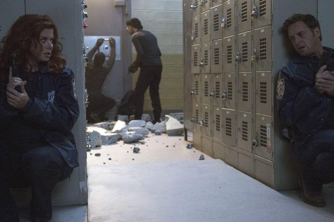 Können Laura (Debra Messing, l.) und Jake (Josh Lucas, r.) die Kriminellen überführen, bevor die das ganze Gebäude in die Luft sprengen? - Bildquelle: 2015 Warner Bros. Entertainment, Inc.
