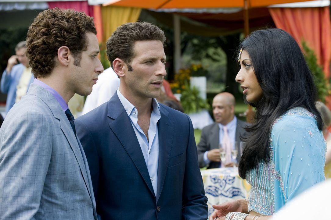 Evan (Paulo Costanzo, l.) und Hank (Mark Feuerstein, M.) gratulieren der frisch verlobten Divya Katdare (Reshma Shetty, r.) ... - Bildquelle: USA Network