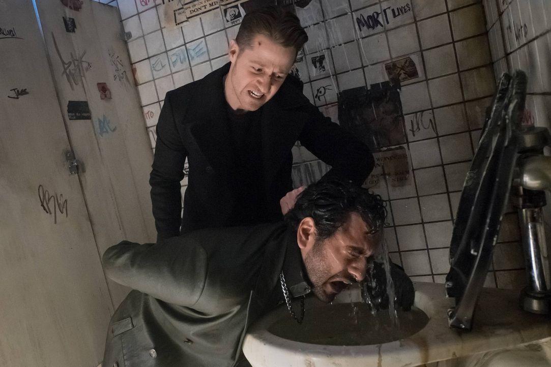 Gordon (Ben McKenzie, l.) geht weiterhin seinen eigenen Ermittlungen nach und findet heraus, dass der Spitzname des Auftraggebers der Wayne Morde, d... - Bildquelle: Warner Brothers