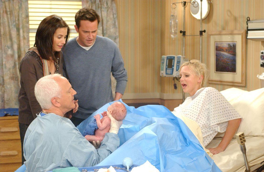 Monica (Courteney Cox, 2.v.l.) und Chandler (Matthew Perry, 2.v.r.) sind dabei als Erica (Anna Faris, r.) die Babys zur Welt bringt ... - Bildquelle: 2003 Warner Brothers International Television