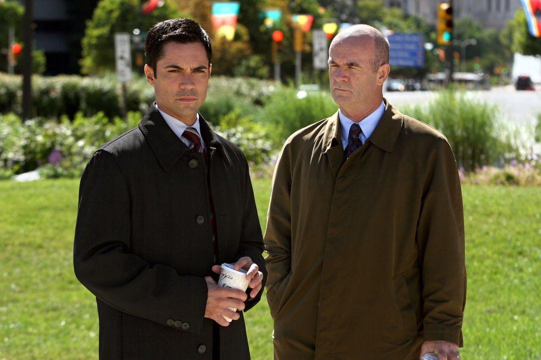Werden John (John Finn, r.) und Scott (Danny Pino, l.) den neuen Fall lösen können? - Bildquelle: Warner Bros. Television