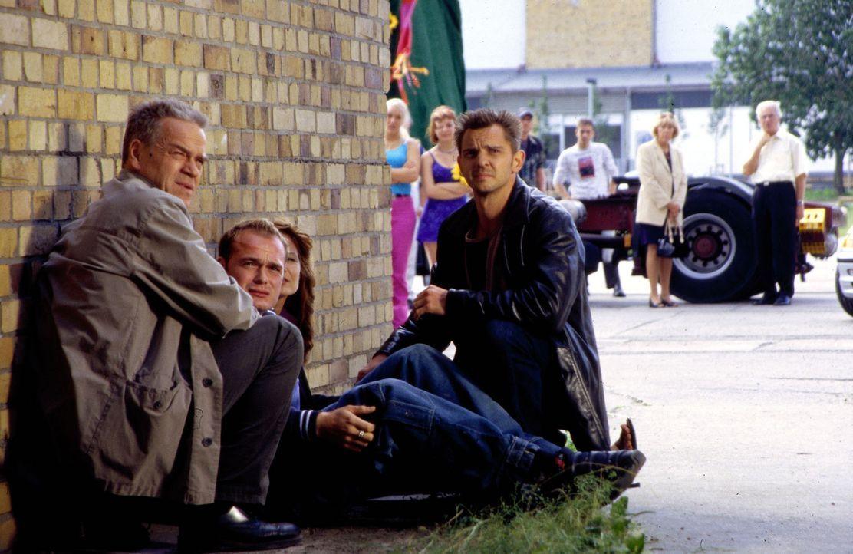 Der Countdown läuft: Kommissar Wolff (Jürgen Heinrich, l.) und Tom (Steven Merting, r.) müssen verhindern, dass ein Drogendealer unreine Ecstasy-Pil... - Bildquelle: Leslie Haslam Sat.1