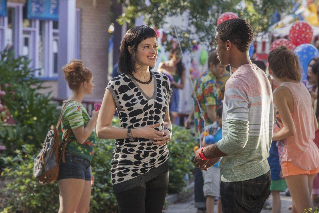 Wird es Sophia (Brina Palencia, l.) und Lukas (Titus Makin Jr., r.) auf dem Homecoming-Festival gelingen, endlich ein paar Brücken zwischen den Welt... - Bildquelle: 2014 The CW Network, LLC. All rights reserved.