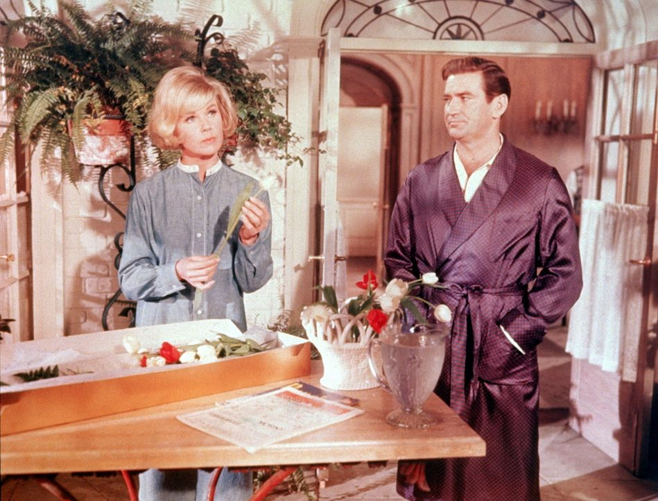 Die jungen Eheleute Janet (Doris Day, l.) und Mike (Rod Taylor, r.) bringen sich mit grundlosen gegenseitigen Verdächtigungen an den Rand der Scheidung ...