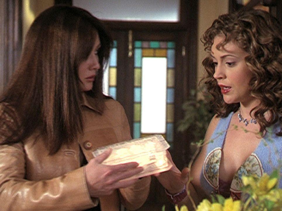 Prue (Shannon Doherty, l.) und Phoebe (Alyssa Milano, r.) finden eine Box, die die sieben Todsünden in Form kleiner Kugeln enthält. - Bildquelle: Paramount Pictures
