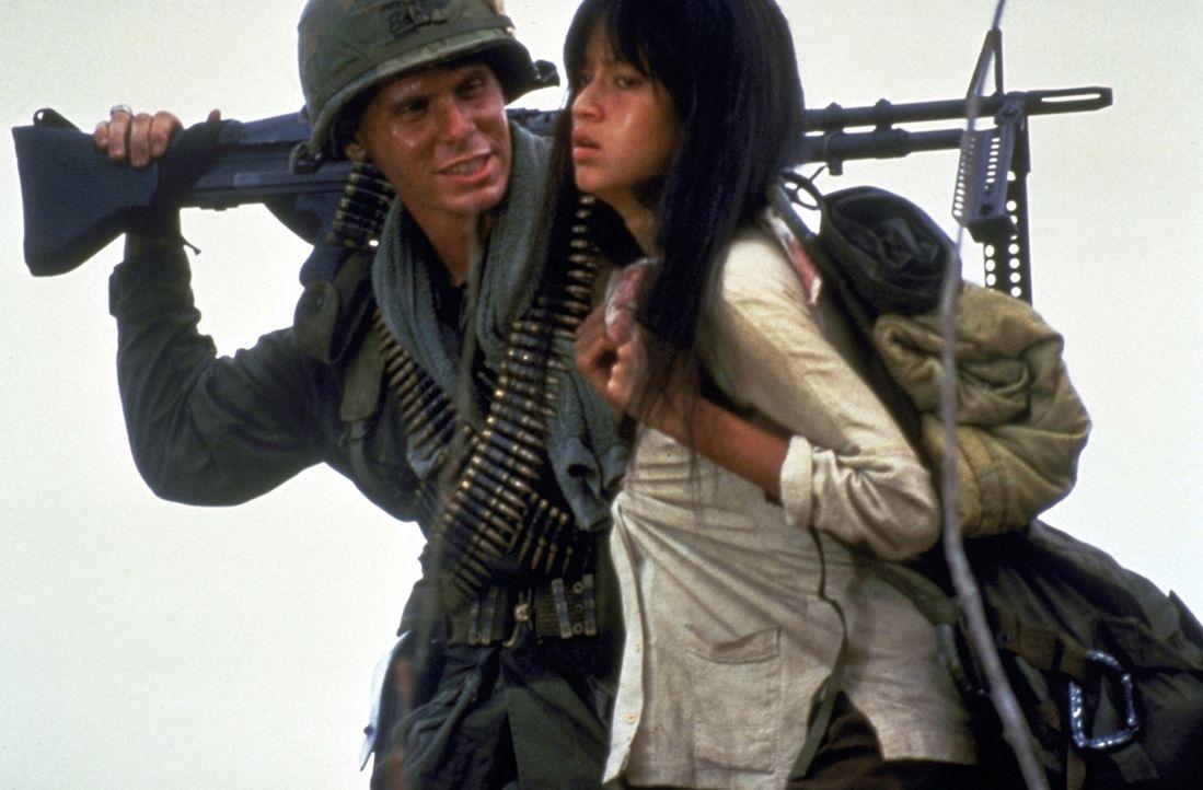 """Die Soldaten haben die hilflose Vietnamesin Oahn (Thuy Thu Le, r.) als """"tragbare Freizeitentspannung"""" entführt. Clark (Don Harvey, l.) freut sich si... - Bildquelle: Columbia Pictures"""