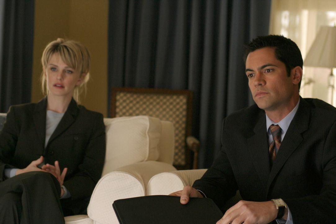 Noch tappen Det. Lilly Rush (Kathryn Morris, l.) und ihr Kollege Det. Scott Valens (Danny Pino, r.) im Dunkeln ... - Bildquelle: Warner Bros. Television