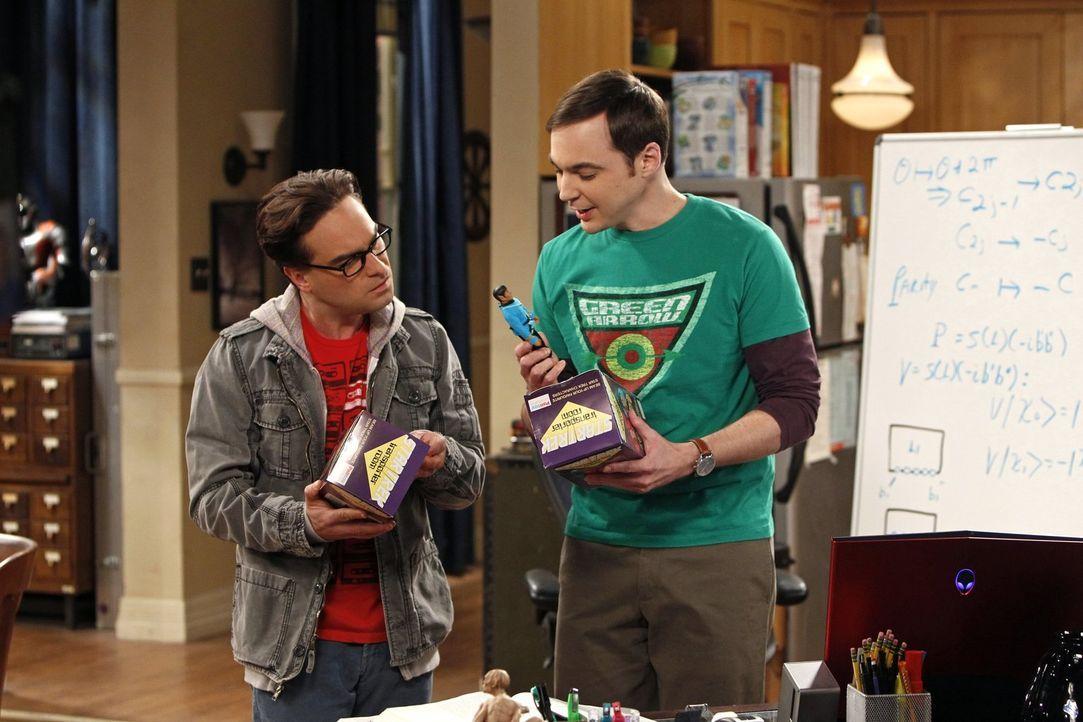 Penny hat für Leonard (Johnny Galecki, l.) und Sheldon (Jim Parsons, r.) ein original verpacktes Star-Trek-Spielzeug aus dem Jahr 1975 besorgt. Die... - Bildquelle: Warner Bros. Television