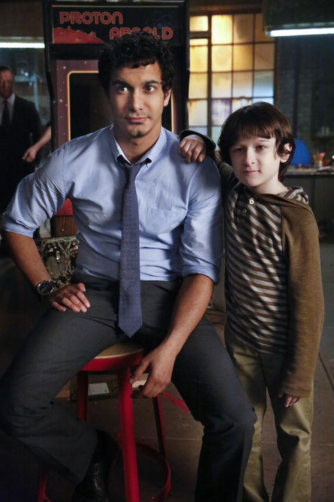Ralph (Riley B. Smith, r.) ist für Walter (Elyes Gabel, l.) mehr als nur der Sohn einer guten Freundin ... - Bildquelle: Robert Voets 2014 CBS Broadcasting, Inc. All Rights Reserved