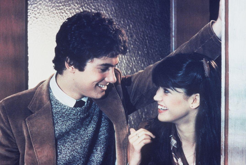 Zusammen mit der hübschen Kate (Phoebe Cates, r.) kämpft Billy (Zach Galligan, l.) gegen die Gremlinbrut an. - Bildquelle: Warner Bros.