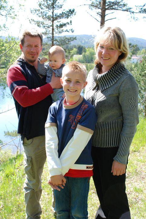 """Mario Jaric (35) mit seiner Lebensgefährtin Daniela Koch (38) und den Kindern Oliver (9) und Jan Eirik. Vor drei Jahren hat Mario Jaric (35) den """"Vi... - Bildquelle: kabel eins"""