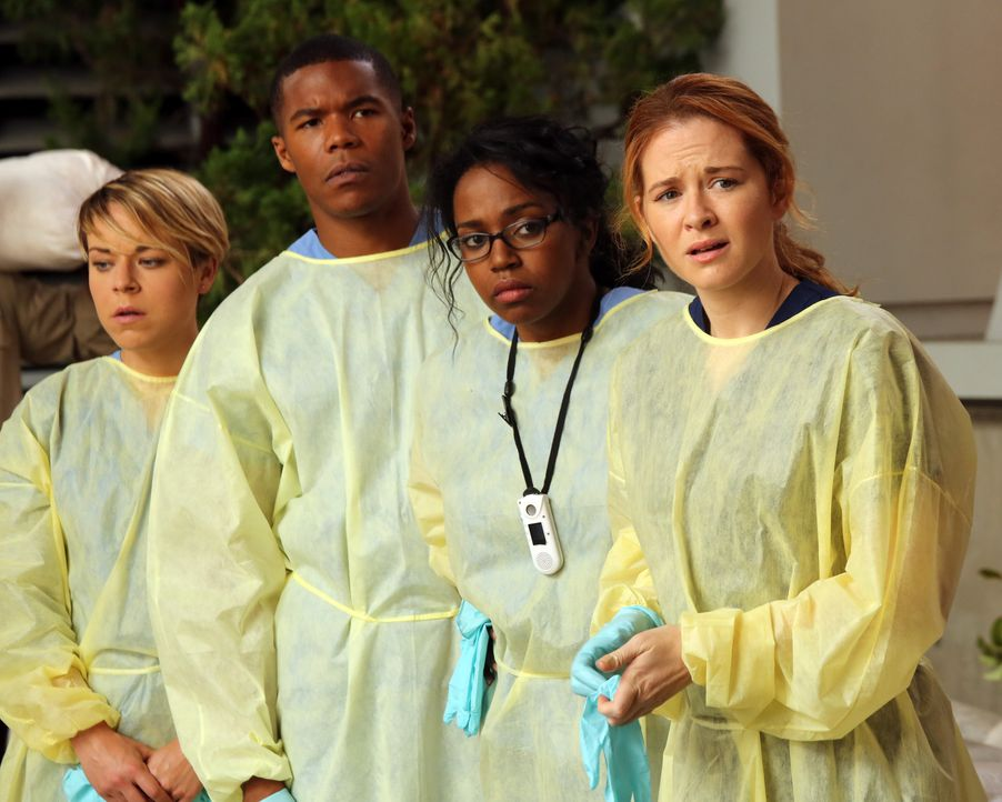 Nach einem heftigen Sturm haben die jungen Ärzte des Memorial Hospital Heather (Tina Majorino, l.), Shane (Gaius Charles, 2.v.l.), Stephanie (Jerrik... - Bildquelle: ABC Studios
