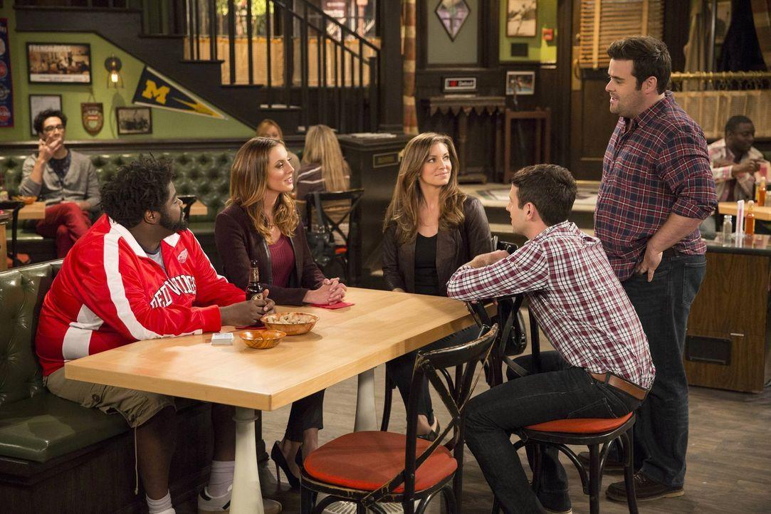 Als Leslies (Bianca Kajlich, M.) Freundin Sabrina (Eva Amurri, 2.v.l.) die Bar betritt ist nicht nur Danny interessiert. Seine Freunde Shelly (Ron F... - Bildquelle: Warner Brothers
