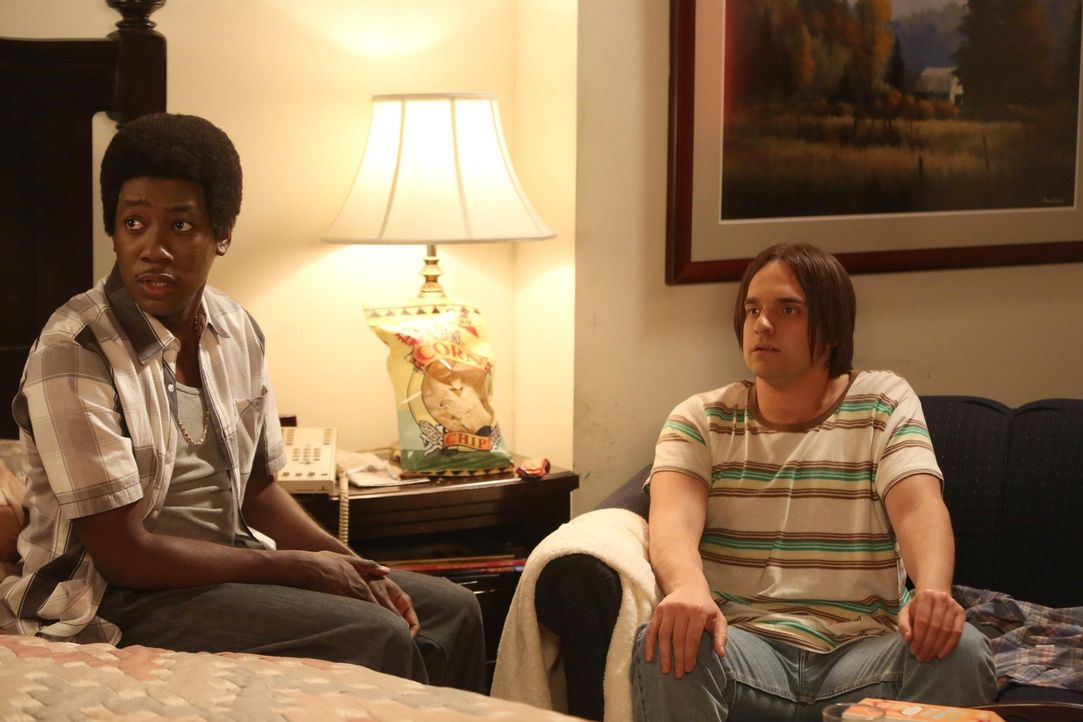 Die Freunde sind gespannt auf die Geschichten von Nick (Jake M. Johnson, r.) und Winston (Lamorne Morris, r.) ... - Bildquelle: 2013 Twentieth Century Fox Film Corporation. All rights reserved