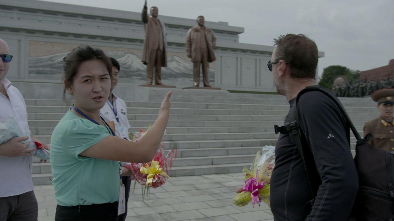 Bei seinem Besuch in Nordkorea wird Tom Waes von nordkoreanischen Regierungmitarbeitern auf Schritt und Tritt begleitet. Auch die Route ist von der... - Bildquelle: 2013 deMENSEN