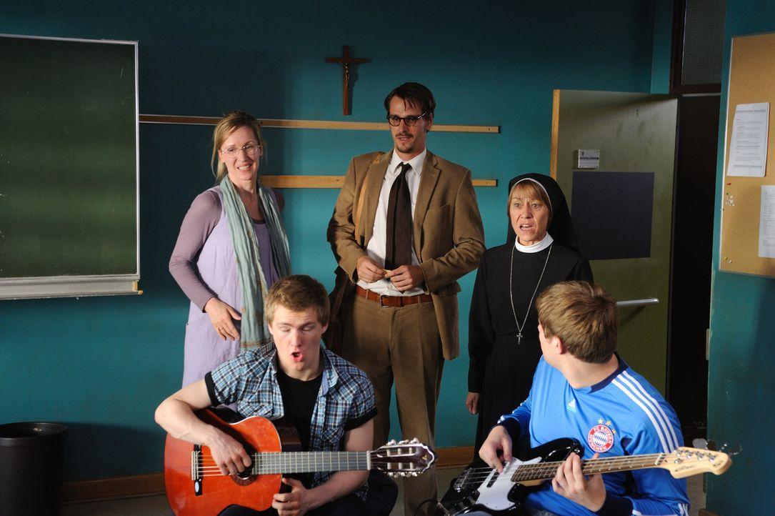 Als Schwangerschaftsvertretung von Frau Scholz (Silvina Buchbauer, l.) landet der Vollblutmusiker Tom (Max von Thun, M.) als Musiklehrer an der För... - Bildquelle: Hardy Spitz SAT.1